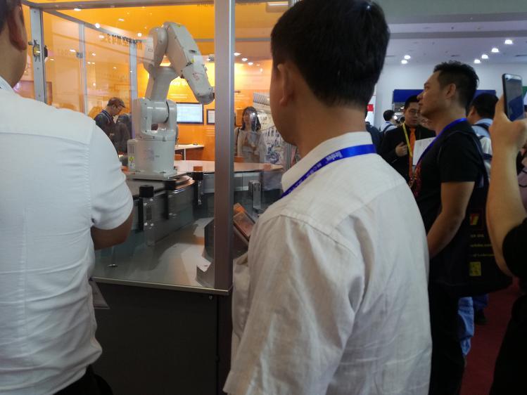 拿铁智能机器人受到专业观众长久观摩