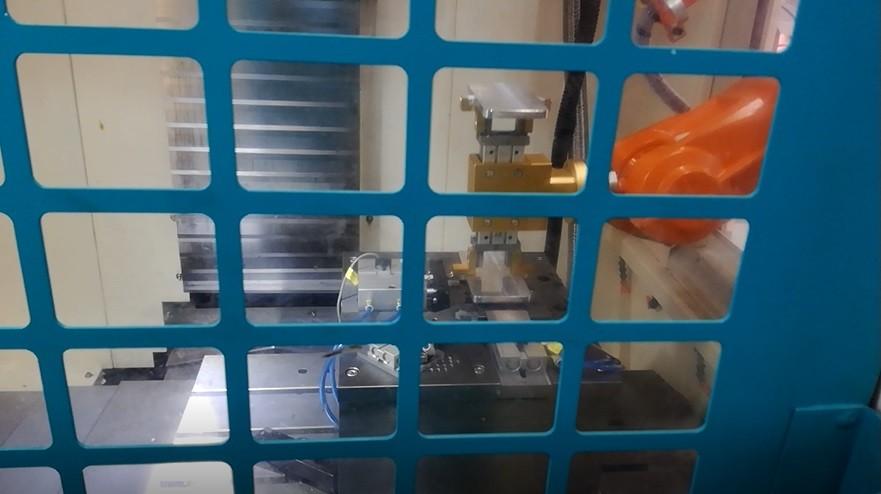 手机中框CNC加工上下料机器人案例图片