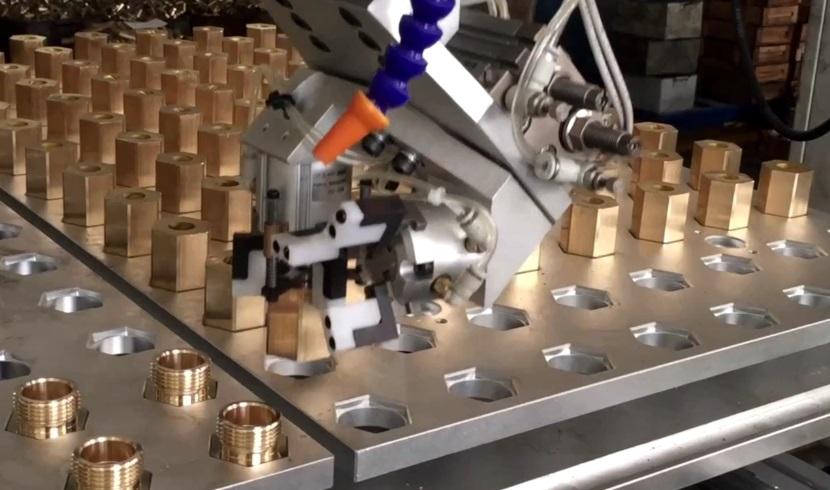 [自动化夹具案例分享]铜质管件流体阀门配件加工车床机械手  自动化生产线 自动化夹具 自动上下料 第3张